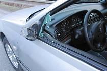 Pohled na poškozené osobní auto po střetu s neznámou dodávkou u odbočky na Rodvínov.
