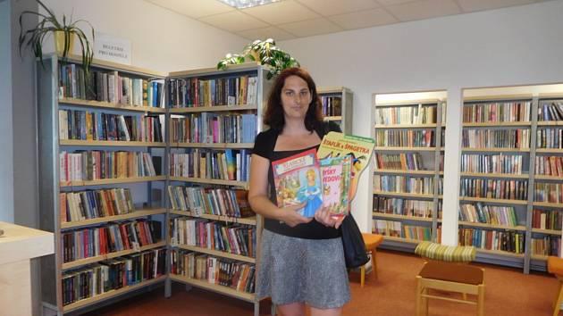 V jarošovské knihovně se hromadí kabelky, dětské knihy i bižuterie.
