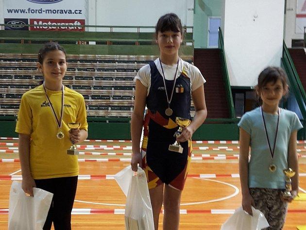 Olomoucký závod vkategorii mladších žaček 2006vyhrála domácí Eva Slepičková (uprostřed). Stříbrná skončila celková vítězka Tereza Staňková (vlevo) a bronz patří Karolíně Rusevové (obě VK Vajgar).