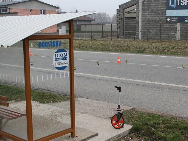 Obec Rodvínov vloni vybudovala točnu pro autobusy, aby mohl ranní školní spoj zajíždět na zastávku v intravilánu obce a děti nemusely přecházet frekventovanou hlavní silnici.