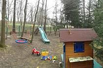 Pohled na hřiště u chaty v Lásenici, které někdo prakticky celé ukradl. Zloděj sebral i dětský domeček.