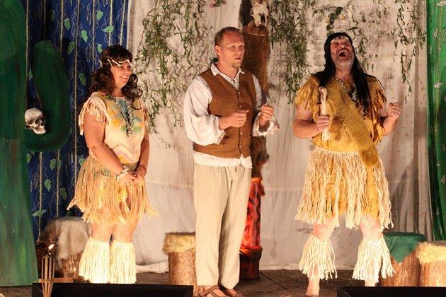 Představení ochotnických herců z Deštné bavilo o víkendu Děbolín.