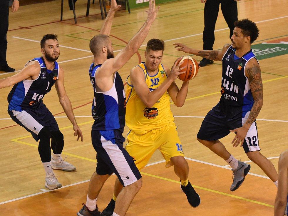 V OBKLÍČENÍ hráčů Kolína se ocitl jindřichohradecký Dalibor Fait (u míče). Fio basket v Kolíně prohrál 89:84.