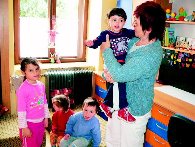 V Domově pro matky s dětmi v Políkně žije i několik malých dětí, ale protože je doprava do nejbližší školky v J. Hradci obtížná, zůstávají děti v zařízení i přes den, kde se jim věnuje Anna Štěrbová.