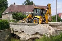 Most ve Starém Městě pod Landštějnem obsadila těžká technika.
