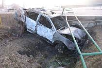Nehoda v Budči nad Dačicku, kde vozidlo po nárazu do betonové části vpustě rybníka začalo hořet. Plameny ho zcela zničily.