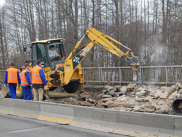 Začala rekonstrukce druhé poloviny mostu přes Hamerský potok v Jindřichově Hradci.