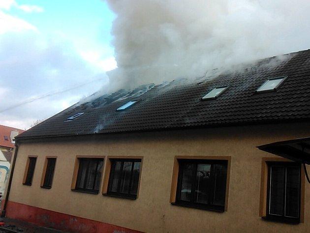 V Nežárecké ulici v J. Hradci vypukl v jednom z domů ničivý požár.