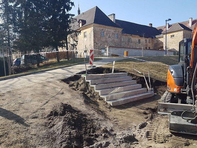 Na frekventovaném místě u velkokapacitního parkoviště za Oděvou buduje město schody.