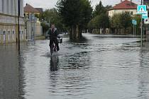 Důležitou úlohu při srpnových povodních v roce 2002 sehráli mimo jiné hasiči, rybáři i řada dobrovolníků.