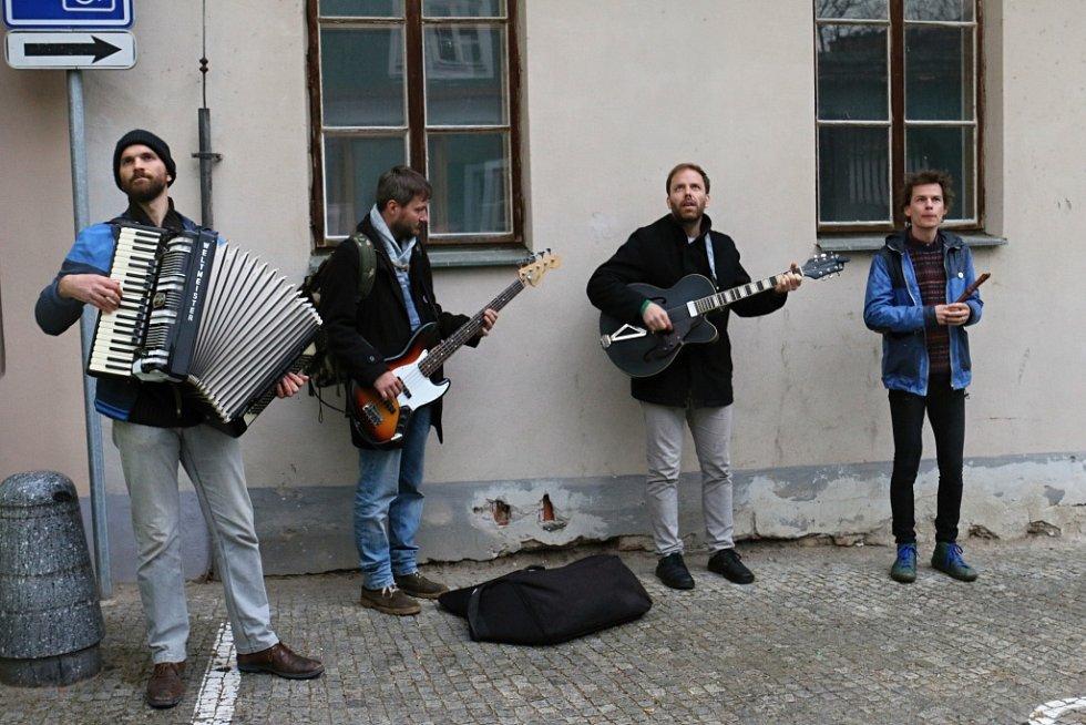 Při roznášení básní v ulicích Třeboně v rámci Guerilla poetringu doprovázela básníky kapela Zrní.
