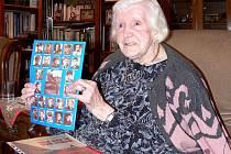 Julinka Lišková s fotografiemi čs. válečných letců. Na ruce má zlatý zásnubní prsten od Václava, který si nikdy nesundala.