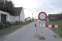 Kanalizace se nyní staví na křižovatce mezi Mirochovem a Žítečí (na snímku), komunikace ve vesnici Žíteč je proto uzavřena. Autobusové zastávky v Žíteči a Lutové jsou do konce října zrušeny bez náhrady