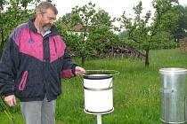 František Peckl z Děbolína (na snímku se srážkoměry) má na zahradě umístěnu meteorologickou stanici pro Jindřichův Hradec. Ve středu v 15 hodin spadlo už 12,5 milimetrů srážek.