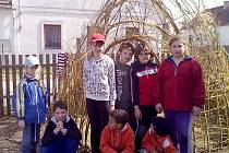 Na pozemku Penzionu Příbrazského už stojí domeček z proutí. Děti pomáhaly při jeho stavbě.