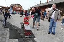 Na vlakovém nádraží v Jindřichově Hradci se při akci Železnice dětem bavili malí i velcí.