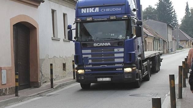 V Kardašově Řečici brojí proti kamionům projíždějícím skrz město.