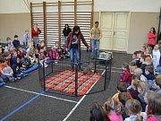 Za dětmi z třeboňské základní školy v Sokolské ulici přijela návštěva ze zoo.