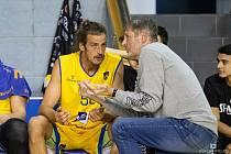 Trenér Karel Forejt udílí pokyny pivotu Jiřímu Hubálkovi, jehož zkušenosti by měly být v rozhodující fázi sezony pro Hradec velkou devízou.