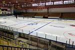 Jindřichohradecký hokejový stánek se připravuje na utkání českého týmu s Rakouskem. Náročná byla především instalace reklamního automobilu za mantinel.