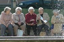 STÁŘÍ. Volný čas v důchodu se dá trávit různě. Mnozí čerství důchodci však říkají, že na vysedávání na lavičkách mají ještě dost času.