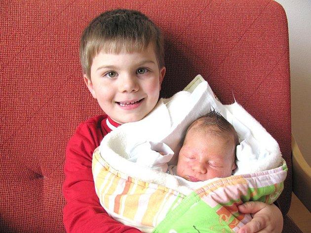 Vítek Nouza z Dolní Pěny se narodil 26. dubna 2011 Aleně a Petrovi Nouzovým. Vážil 3540 gramů a měřil 51 centimetrů. Na snímku je společně s bratrem Michalem, další sourozenec Petr na něj čekal doma.