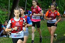 Aneta Novotná (vpředu) vyhrála v úvodním kole Českého poháru v letním biatlonu v kategorii dorostenek závod s hromadným startem i sprint.