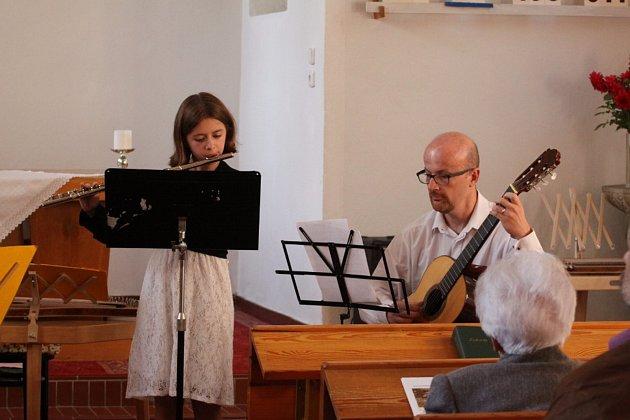 Melodie hrané na citery, cimbály a kytary zněly v sobotu kostelem v Bratrské ulici.