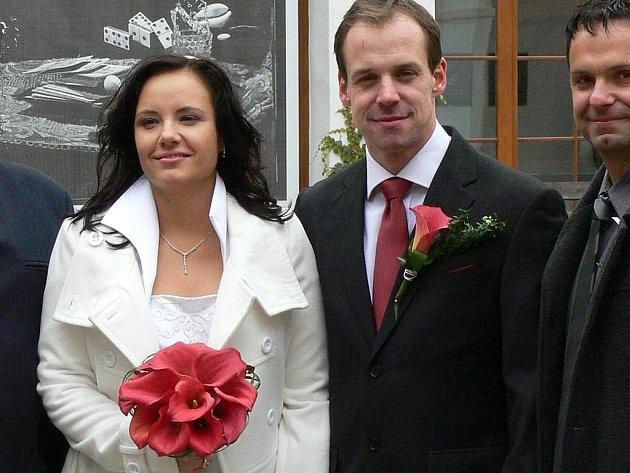 Útočník jindřichohradeckého hokejového Vajgaru Marek Dvořák v pátek učinil životní přestup do svazku manželského, když se v kapli sv. Maří Magdaleny oženil se snoubenkou Alicí Růžičkovou.
