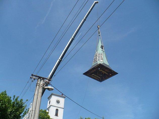 Sundavání střechy kostela ve Velké Lhotě na Dačicku.