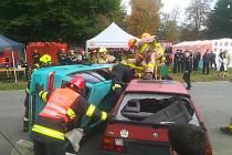 Profesionální hasiči z Jindřichova Hradce na republikové soutěži ve vyprošťování osob z nabouraných aut.