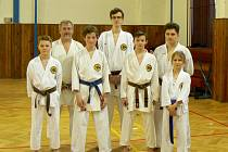 Oddíl Karate J. Hradec Okinawa Goju Ryu Dojo získal v krajské lize čtyři medaile. Zleva Tomáš Kokta, šéftrenér Jaroslav Valenta, Ondřej Bajer, pomocný trenér Martin Bajer, Vít Masař, Martin Hrádek a Julie Marková.
