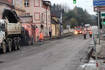V pondělí začala v Jindřichově Hradci - ve Zbuzanech rekonstrukce dopravně zatížené výpadovky na Prahu. Jedná se o úsek od mostu přes Nežárku k nadjezdu ke školnímu statku.