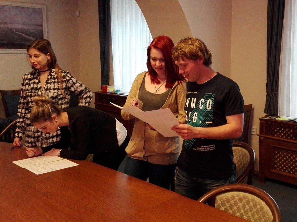 V třeboňském městském úřadu diskutovali studenti místních středních škol.