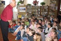 Jan Lebeda z Mláky je autorem několika dětských knih a často o nich vykládá dětem.