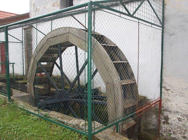 Nově instalované mlýnské kolo na Adámkově mlýnu je přichystané vyrábět i elektřinu.