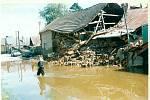 Povodně na Moravě v roce 1997 objektivem Deníku. Olomouc Černovír, kde pomáhali odklízet škody i jindřichohradečtí záchranáři.