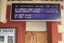 Pohled na informační tabuli na jindřichohradeckém vlakovém nádraží.