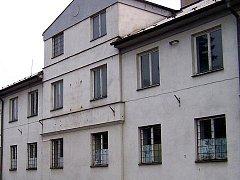 Chátrající budovu bývalého hotelu v centru Suchdola nad Lužnicí, kde sídlila pohraniční stráž, nyní koupilo od rodiny původních majitelů město.