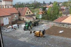 Práce na rekonstrukci parkoviště pod jezuitskou kolejí v Jindřichově Hradci budou pokračovat opravou opěrné zdi.