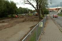 V ulici Berky z Dubé v Dačicích vzniká nové parkoviště.
