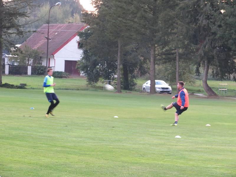 Během voleb v Buku si přišli zatrénovat i místní fotbalisté.