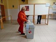 V jednom z největších okrsků, v Kardašově Řečici v okrsku s číslem 1, se před otevřením volební místnosti tvořily fronty.