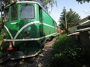 Osobní vozidlo v Jindřiši narazilo do projíždějícího vlaku úzkokolejky, řidič automobilu byl lehce zraněn.