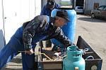 KONSTRUKTÉŘI. Na snímku vpředu Jan Fiala pomáhá Jaroslavu Smrčkovi dokončit zařízení určené na zalévání spár pro opravu vzletové a přistávací dráhy.