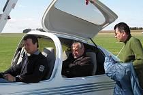 PŘED VZLETEM. Pilot instruktor Karel Kulhánek, člen jindřichohradeckého aeroklubu (na snímku vpravo) před výcvikovým letem  s letadlem Diamond Star se svými žáky.