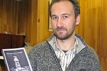 Nakladatel Jan Medek představuje již vydané sborníky. V pravé ruce drží novinku Sborník autorů Epiky 2010, v levé její předchůdce s názvy Dvě kapky rosy a Múza.