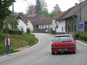 NEPŘÍJEMNÁ ZATÁČKA v Nové Olešné se ve čtvrtek opět stala svědkem dopravní nehody. Srážka dvou aut se obešla naštěstí bez zranění.