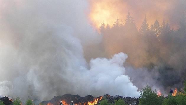 Pohled na hořící rašelinu