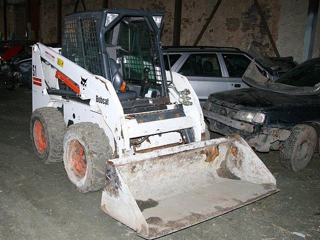 Ukradený pracovní stroj Bobcat policisté našli při domovní prohlídce ve stodole na Kolínsku.